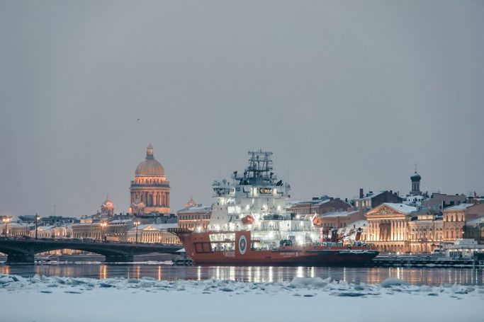 Новый ледокол «Газпром нефти» совершил демонстрационный поход по Неве