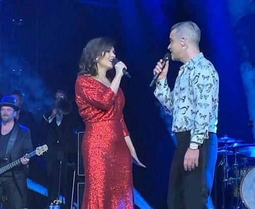 Российская оперная дива Ольга Перетятько спела с Робби Уильямсом на гала-ужине в Париже