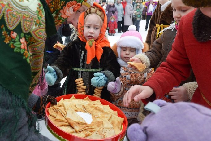 Участники масленичных гуляний бесплатно полакомятся блинами в московском ТЦ