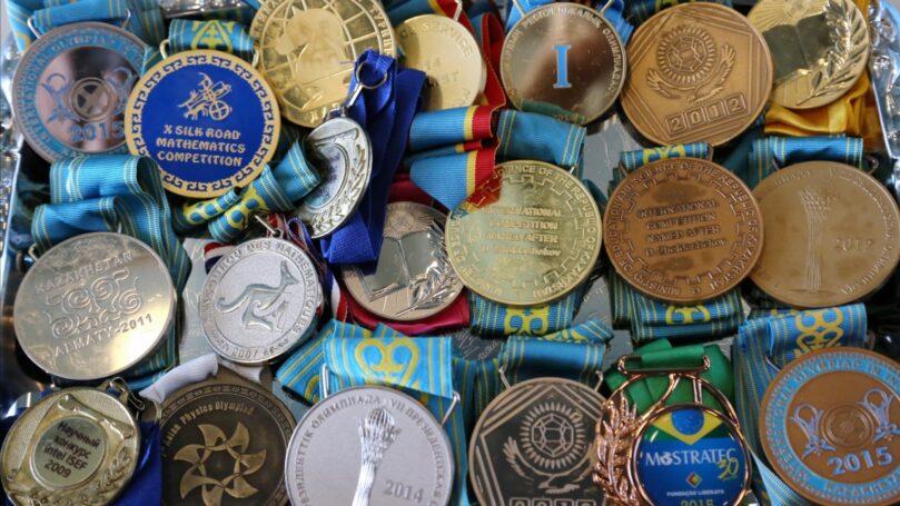 В столице наградили школьников, победивших на олимпиадах международного уровня