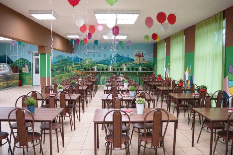 Сказочный интерьер и модное меню появились ещё в нескольких школьных столовых Москвы