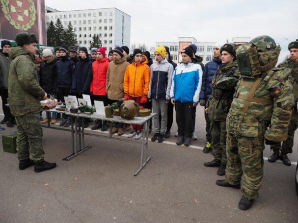 Здесь столовая, там казармы: призывникам из Москвы показали армейский быт