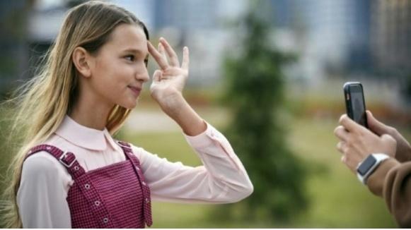 Лиза Анохина выступила в качестве блогера-эксперта от России в сюжете агентства Франс Пресс
