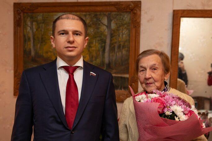 Михаил Романов поздравил участницу Великой Отечественной войны из Фрунзенского района со столетним юбилеем