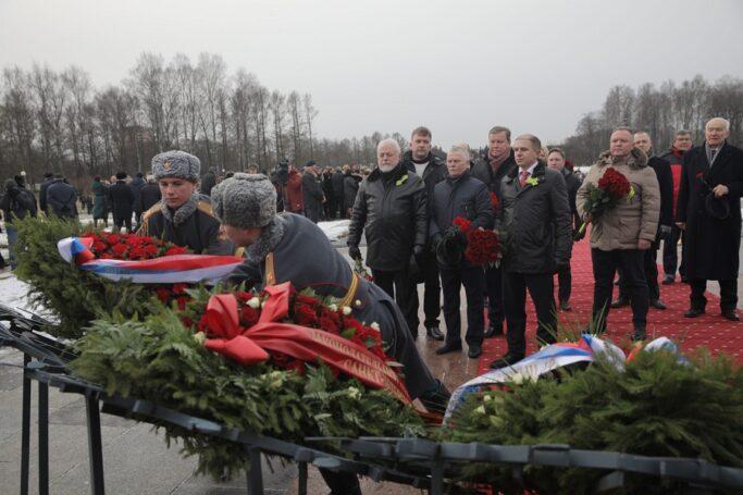 Михаил Романов возложил цветы на Пискаревском кладбище
