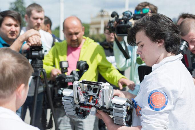 Исаак Калина наградил московского школьника, который создал уникального робота для сельского хозяйства