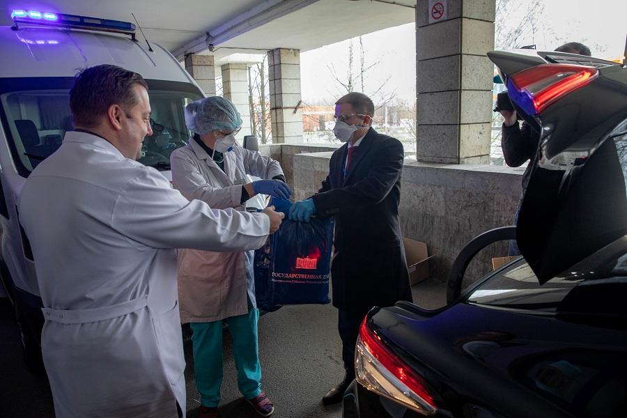 Защитные маски и медицинские халаты передал петербургскому госпиталю Михаил Романов