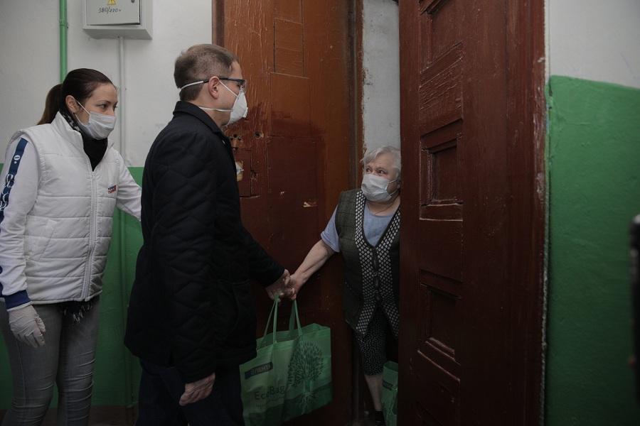 Михаил Романов передал продуктовые наборы жителям поселка Понтонный, попавшим в трудную жизненную ситуацию из-за пандемии коронавируса