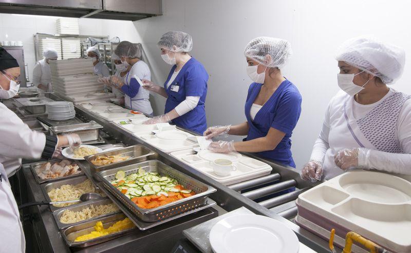 Столичные операторы показали процесс организации больничного питания