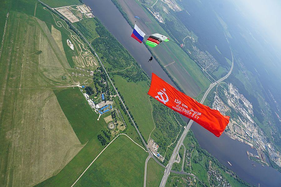 «Технодинамика» провела серию показательных прыжков с парашютом в честь 75-летия Победы