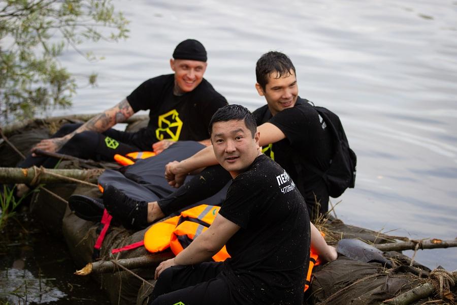 «Переправа-переправа»: участники реалити-шоу «Пережить, чтобы помнить» по-пробовали переплыть реку на плоту из плащ-палаток