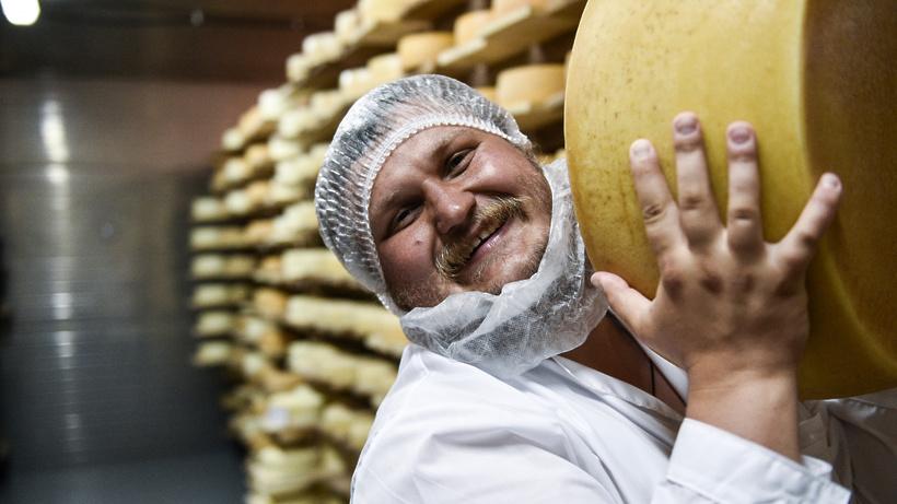 Фирменный сыр подарил фермер Олег Сирота школьнику, который получил двойку за нестандартное сочинение