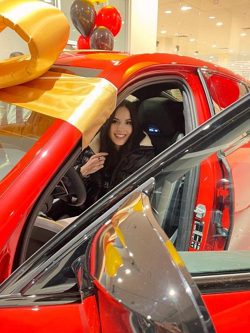 Яна Sims спонтанно купила красный внедорожник за 12 миллионов