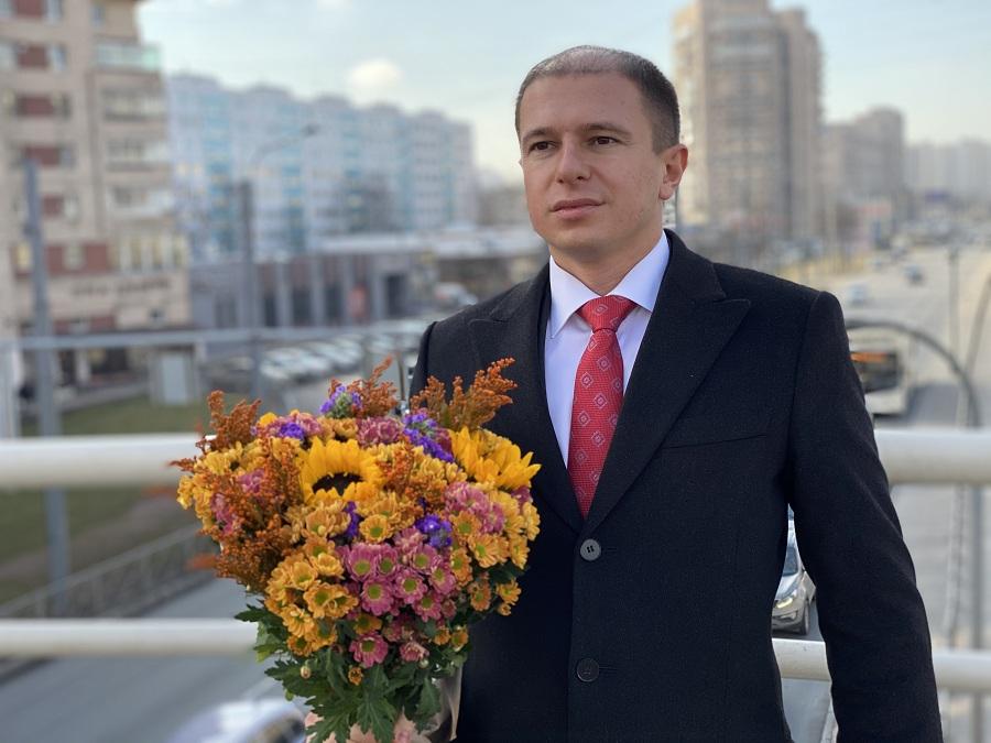 Депутат Госдумы Михаил Романов поздравил петербурженок с Международным женским днём