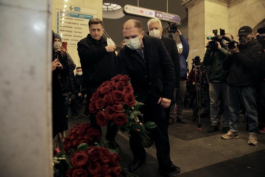 Михаил Романов возложил цветы к памятной доске жертвам теракта в петербургском метрополитене