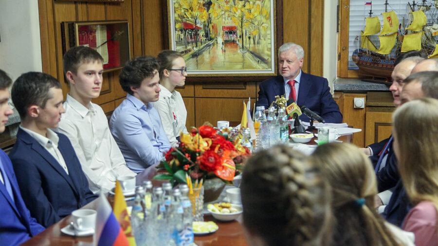 Обязательный ЕГЭ разрушает школу изнутри, заявил Сергей Миронов