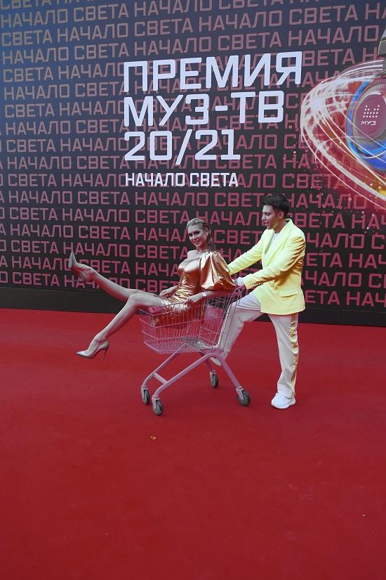 На красной дорожке премии МУЗ ТВ Евгения Штефан появилась в золотом платье от Dasha Li