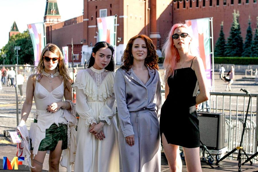 «А чем мы хуже, извините, мужчин?», — молодые исполнительницы на Красной площади о женской поэзии