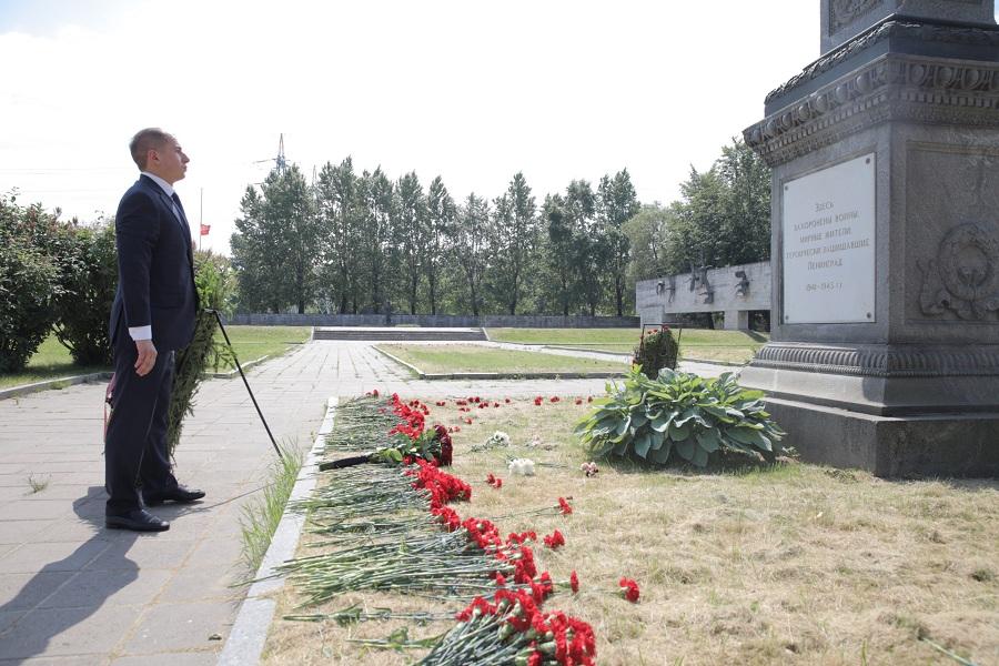 Михаил Романов возложил цветы к мемориалу «Журавли» на Невском воинском кладбище