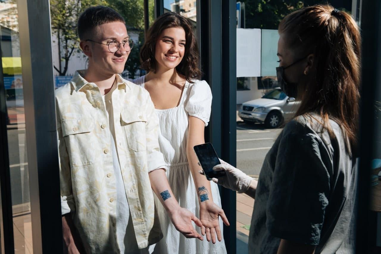 Москвичи смогут посещать кафе и рестораны по тату с QR-кодом