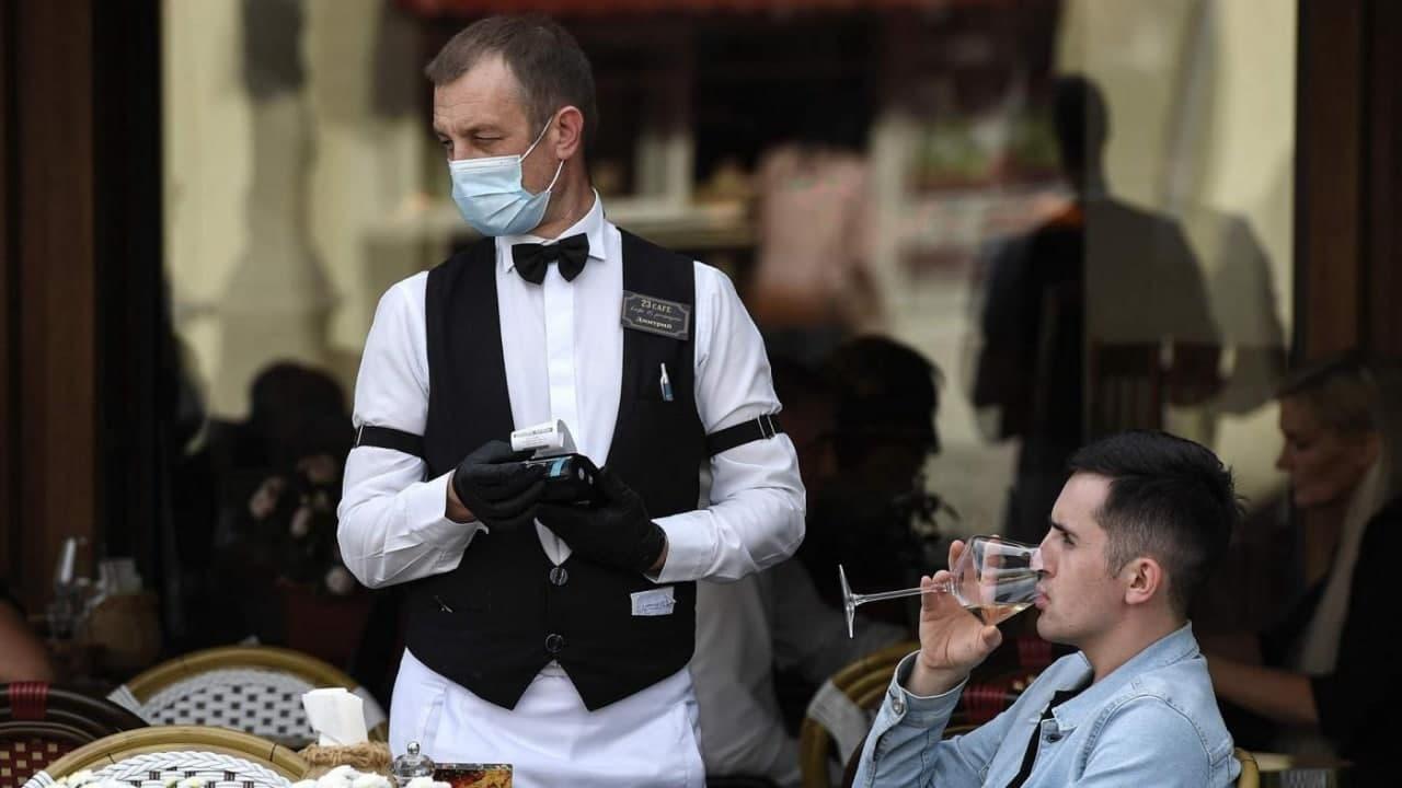 Рестораторы попросили Собянина отменить ношение перчаток для сотрудников общепита