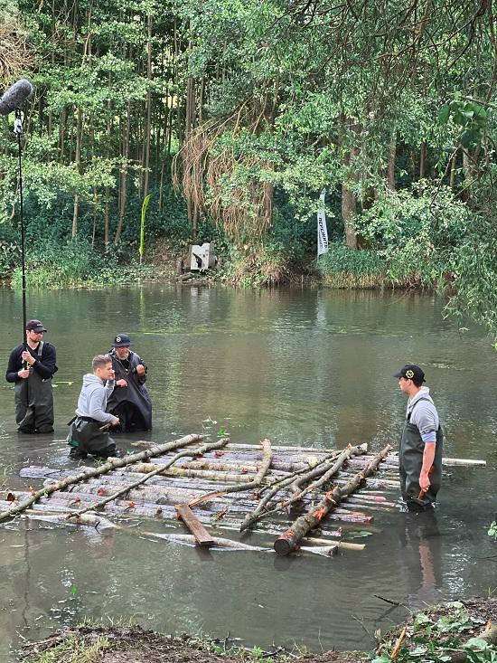 Участники реалити «Пережить, чтобы помнить» построили плот для переправы орудия весом 560 килограммов