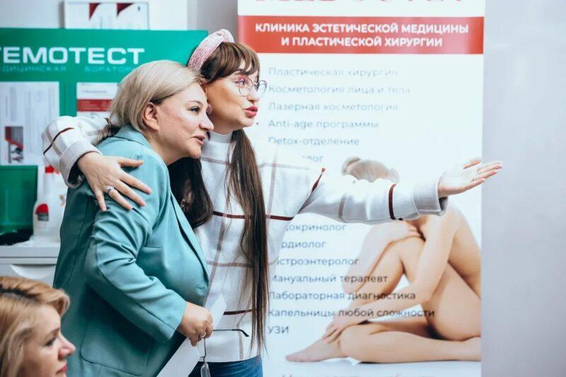 Известный продюсер Мария Тарханова с семьей поздравила Карину Назарову с открытием нового направления клиники