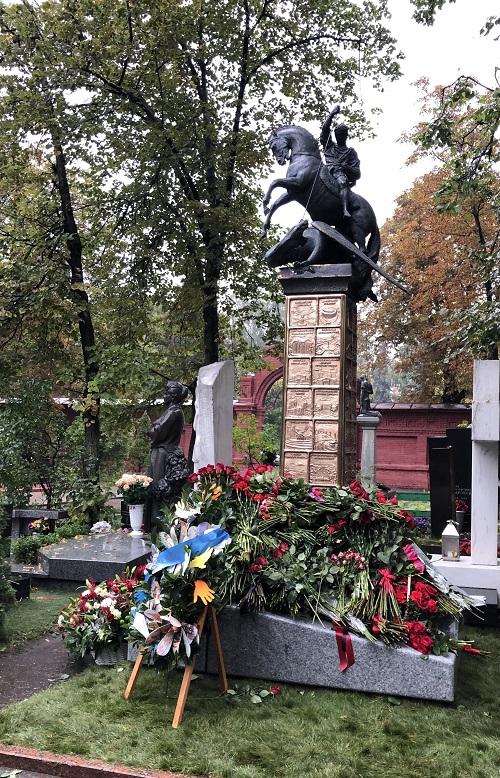Церемония открытия мемориала Юрию Лужкову прошла на Новодевичьем кладбище