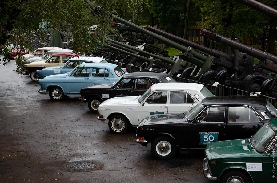 Участники ралли на ретроавтомобилях проехали по историческим местам Москвы