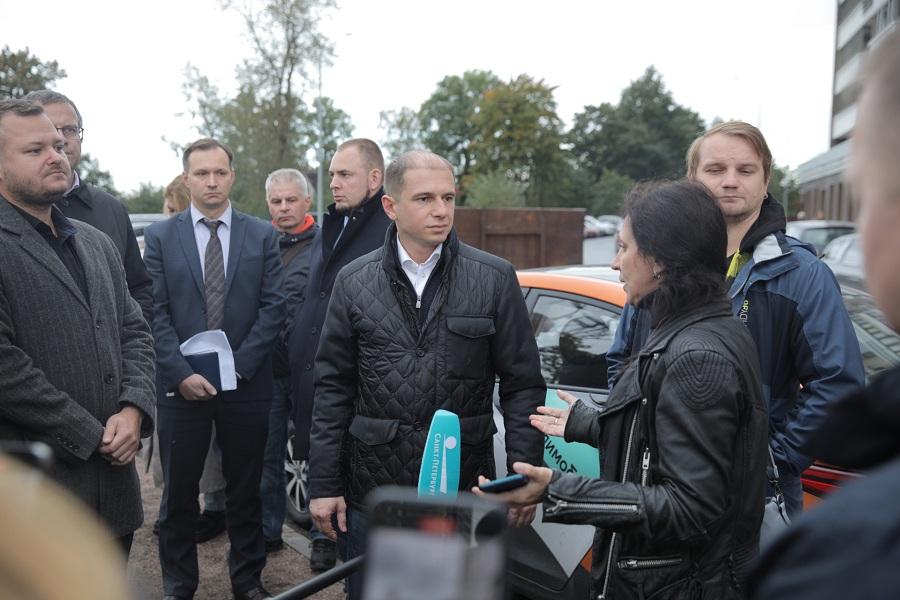 Михаил Романов провел встречу с жителями проблемного жилого комплекса «Петр Великий и Екатерина Великая»