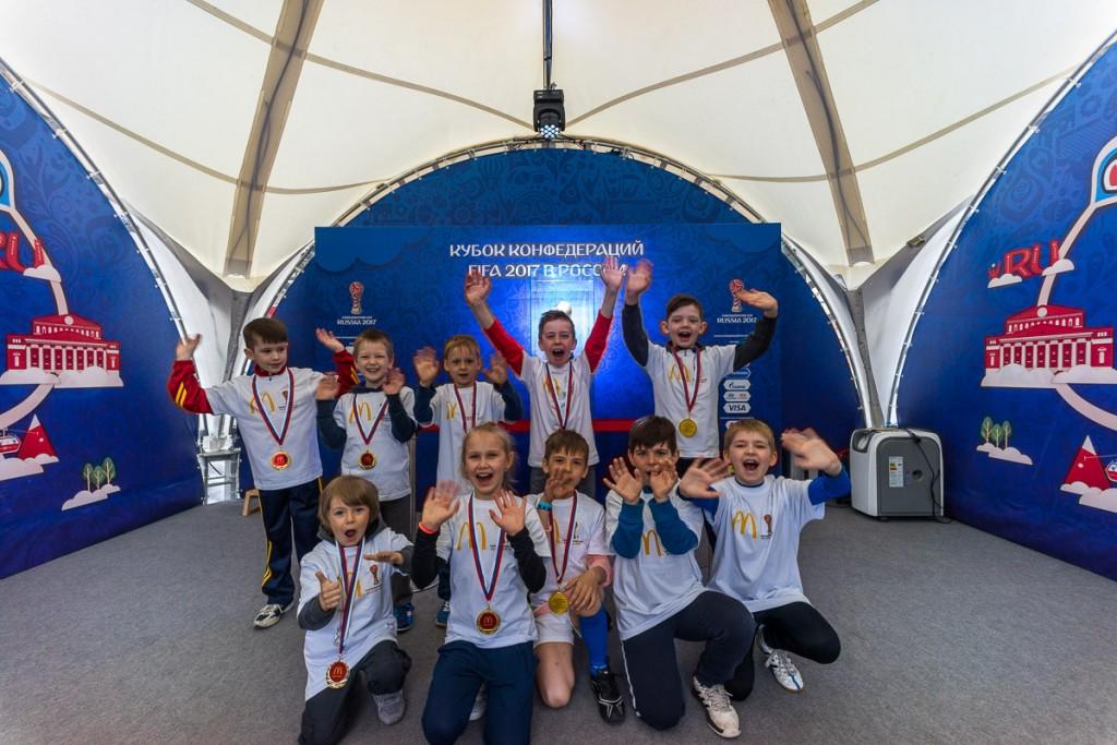 Победители конкурса вместе с трофеем Кубка Конфедераций FIFA 2017 в Санкт-Петербурге