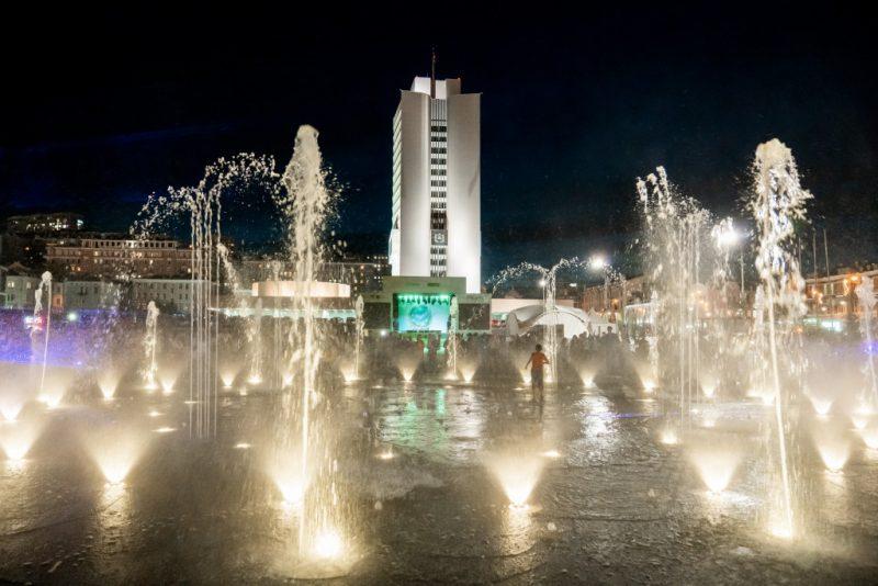 Сбер торжественно запустил музыкальный фонтан на главной площади дальневосточной столицы