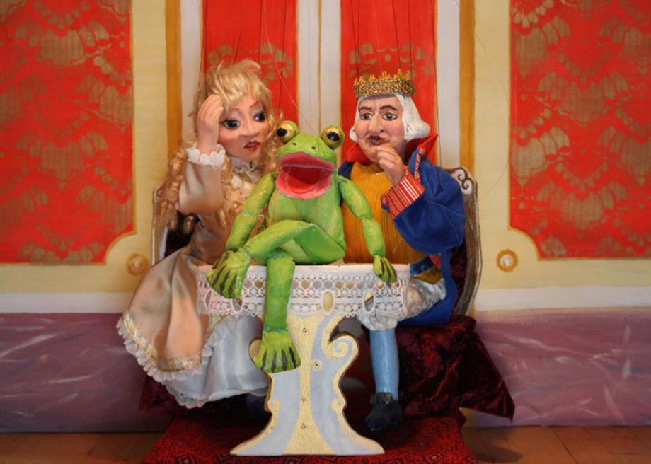 Marionettentheater-m%c3%a4rchen-an-f%c3%a4den-der-froschk%c3%b6nig-ein-frosch-am-tisch