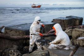 Нефть с аварийного танкера загрязнила 11 километров сахалинского берега