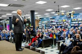 На презентации новых книг Юрия Лужкова в МДК побывали жители и гости столицы