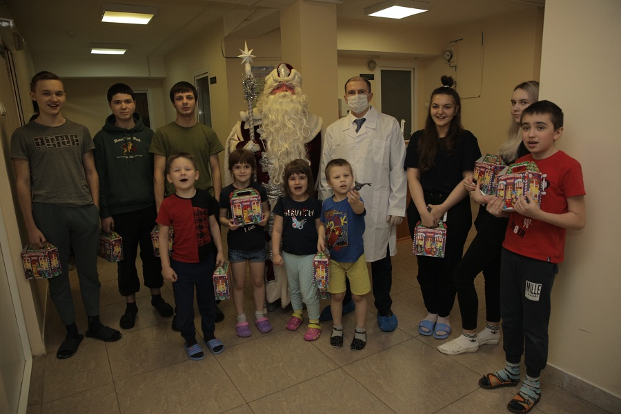 Михаил Романов привез маленьким пациентам больницы №22 в Колпино новогодние подарки