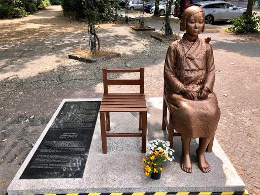 """Trostfrauen""-Denkmal"