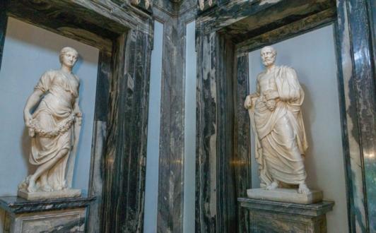 Скульптуры Весеннего (женская фигура) и Осеннего (мужская фигура) равноденствия