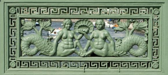 Русалки с копытцами на чугунной ограде Аничкова моста