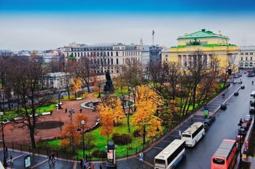 Осенью площадь Островского тоже очень хороша