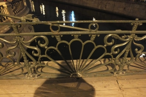 Кованая решетка Банковского моста.