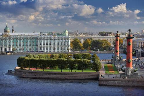 Стрелка Васильевского острова с Ростральными колоннами на фоне Эрмитажа