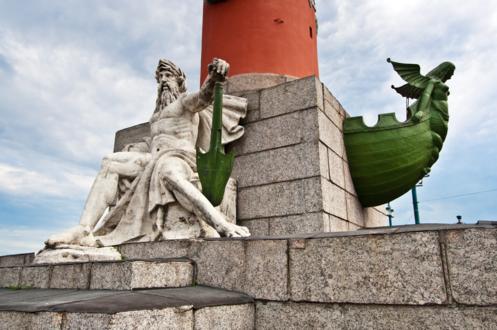 Мужская фигура у подножия Ростральной колонны