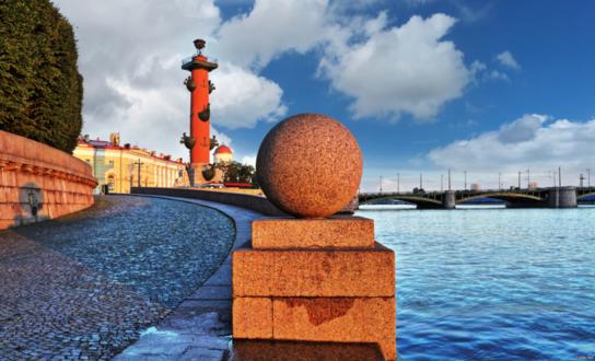 Каменный шар на набережной Невы рядом с Ростральной колонной