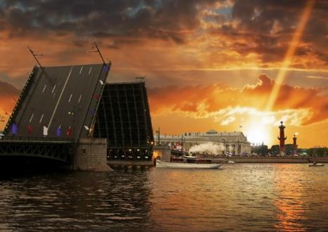Развод Дворцового моста на фоне стрелки Васильевского острова