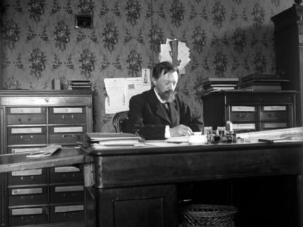 Владимир Шухов в рабочем кабинете
