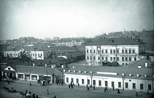 Вид Охотного Ряда с палатами Голицыных (в глубине слева) и палатами Троекуровых (справа). Конец 1920-х годов
