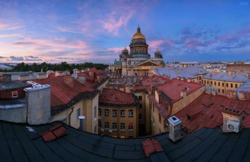 Вид на Исаакиевский собор с одной из крыш.