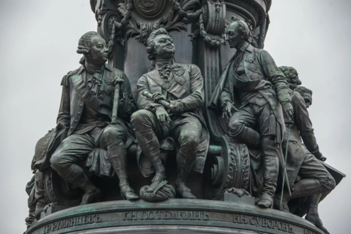 П.А. Румянцев-Задунайский, Г.А. Потёмкин и А.В. Суворов на постаменте памятника Екатерине II