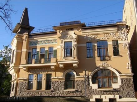 Фасад с лепниной и рустовкой под грубый камень